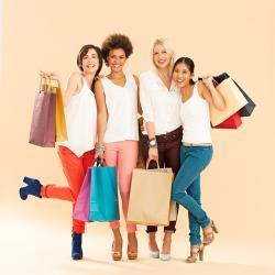 Zufriedenen Kundinnen mit Einkaufstaschen