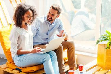 Fragebogen zur Kundenzufriedenheit glückliche Kunden am Laptop